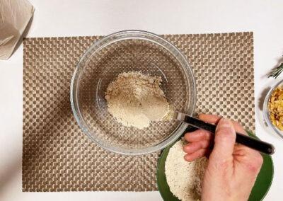 verso la farina di castagne nella ciotola