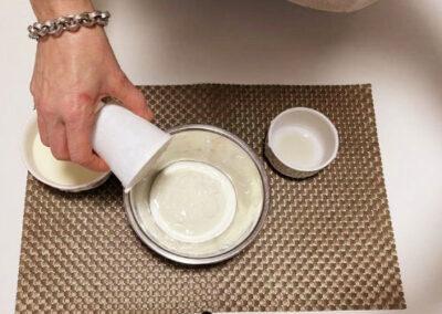 versate lo yogurt in una ciotola