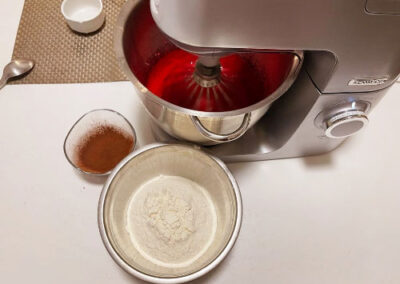 Setacciate la farina e il cacao