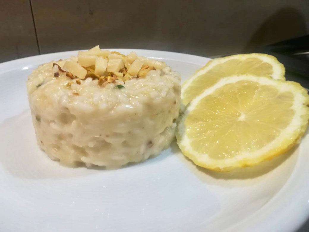Risotto al cedro della Monica con pistacchi tostati e scaglie di parmigiano