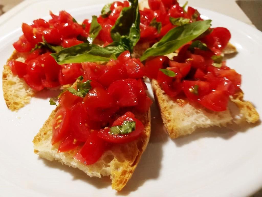 Crostini con pomodorini e basilico