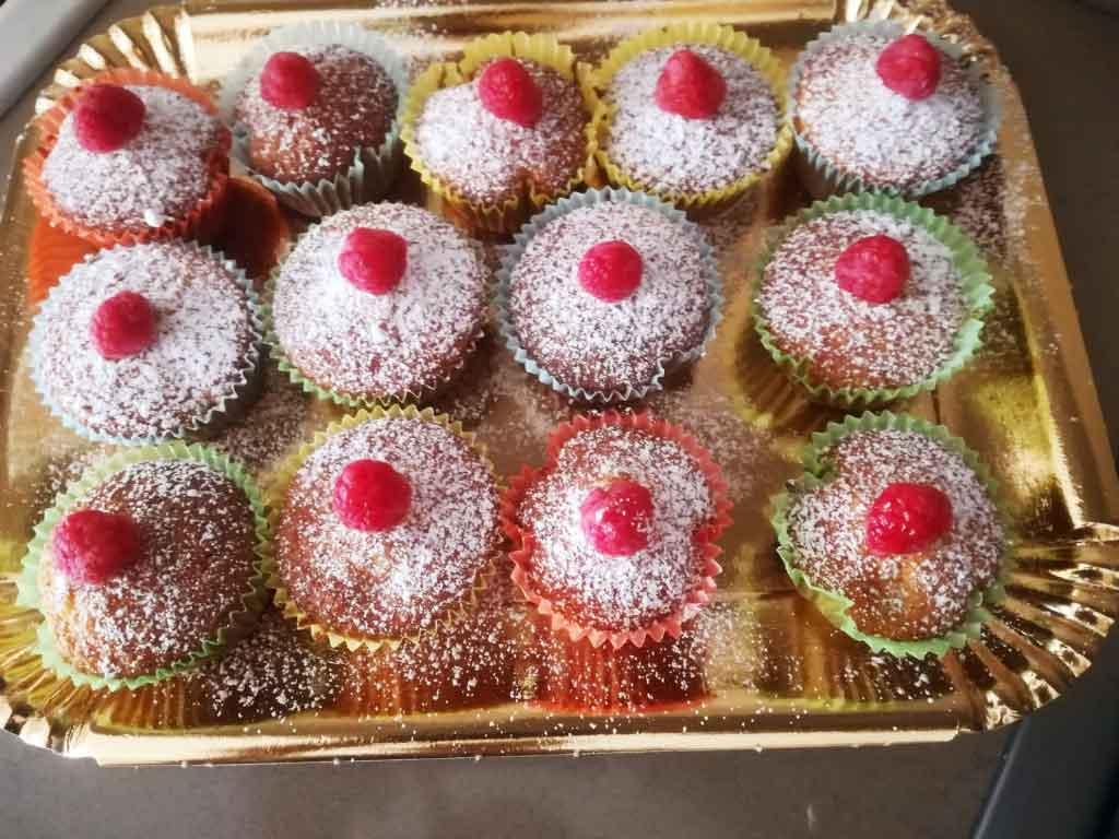 Muffin al cioccolato bianco e lamponi della Monica