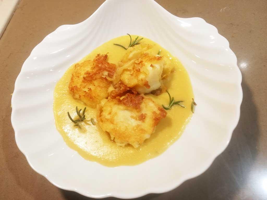 Bocconcini di baccalà fritto su letto di crema di ceci della Monica