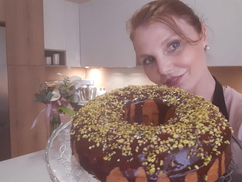 Ciambella soffice con fragole e ganache al cioccolato della Monica