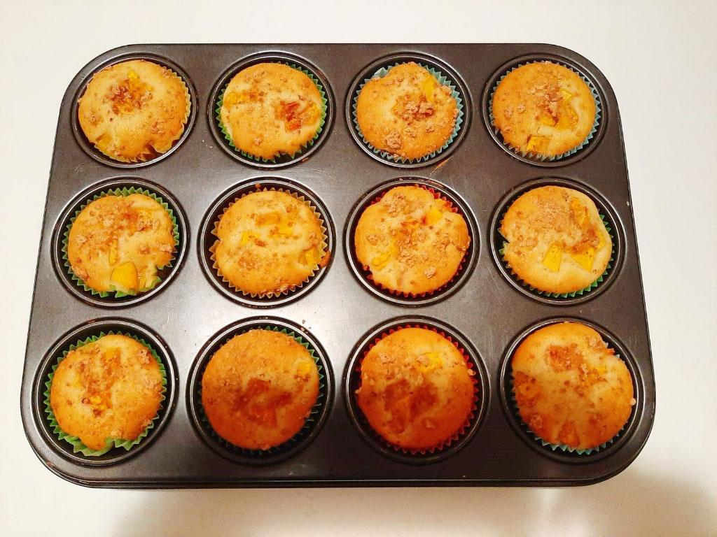 Muffin soffici con pesche fresche e amaretti della Monica