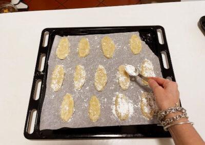 Cospargo la superficie dei ricciarelli con abbondante zucchero a velo