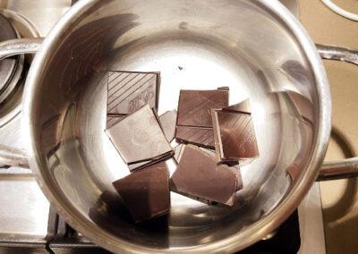 Mettete il cioccolato 🍫 in un pentolino a pezzetti a fiamma 🔥 dolce