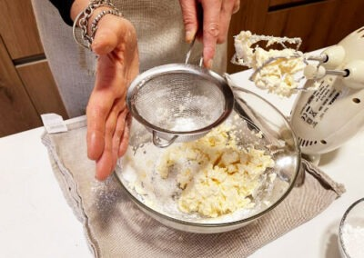 Setaccio lo zucchero a velo da aggiungere al mascarpone
