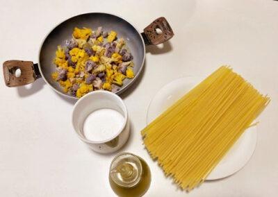 Metto le verdure in una pentola con olio aglio e sale