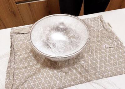 Copro lo stampo con pellicola alimentare a croce