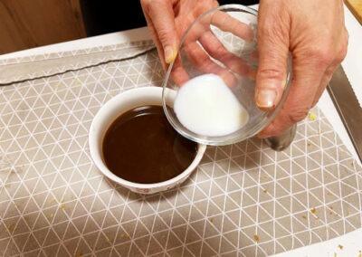 Aggiungo il latte al caffè