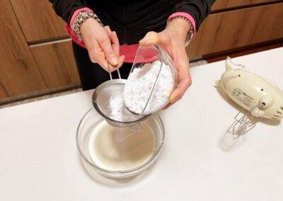 Verso lo zucchero setacciato alla panna