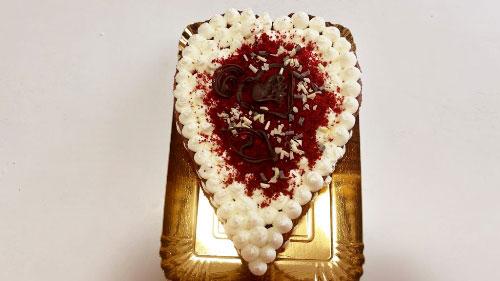Decorate con l'impasto tritato e cuoricini di cioccolato a piacere