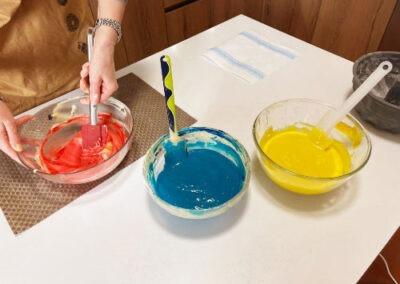 Aggiungete in 3 ciotole un cucchiaino di colorante alimentare diverso