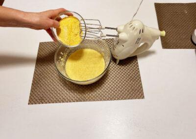 Aggiungete la farina di mais setacciata