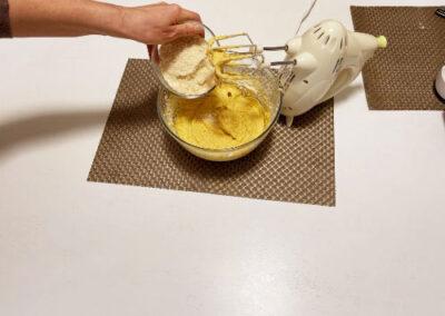 Versate la farina di mandorle setacciata