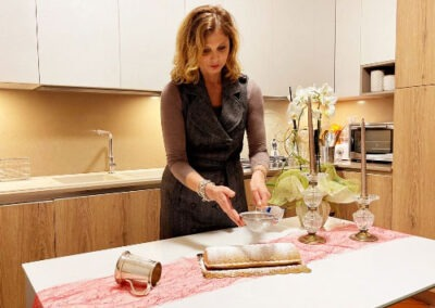 Spolverizzate la superficie della torta con dello zucchero a velo