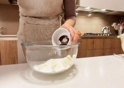 Versate l'estratto di vaniglia o una bustina di vanillina