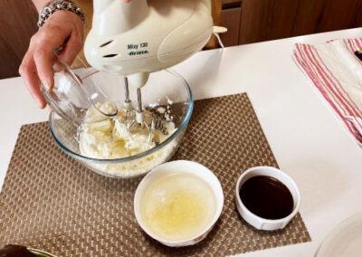 Lavorate il mascarpone con lo zucchero semolato
