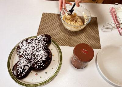 Mescolate la crema al mascarpone e caffè con una spatola