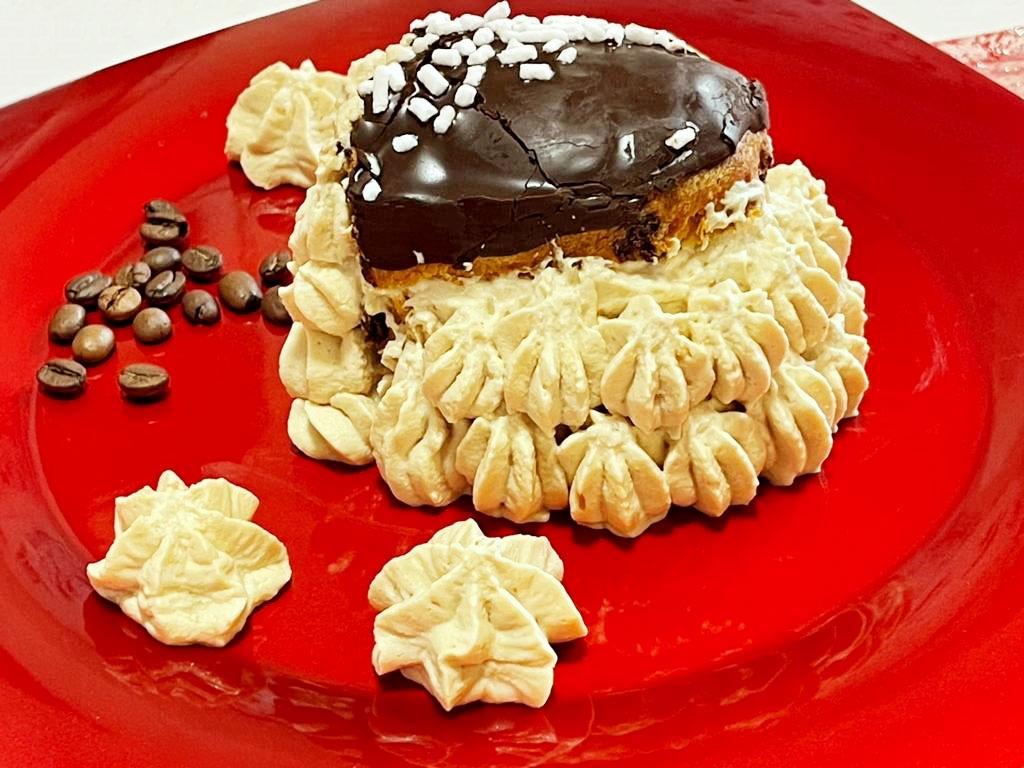 Millefoglie di colomba al cioccolato e trancetti di colomba al cioccolato con crema al caffè