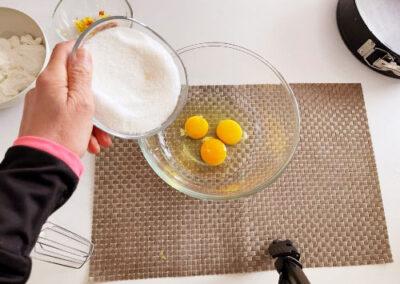 In un'altra ciotola mettete le tre uova a temperatura ambiente e lo zucchero semolato