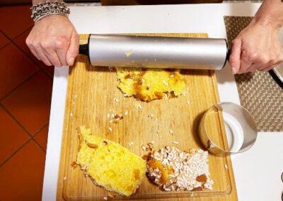 Stendete leggermente le fettine di colomba con il mattarello