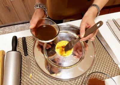 Bagnate la base di colomba con il caffè