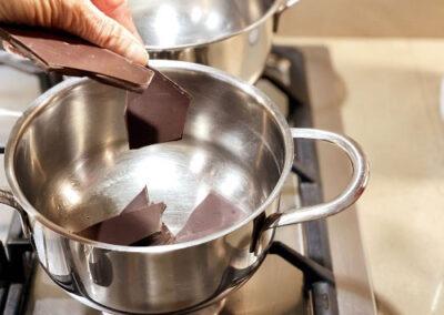Mettete la cioccolata fatta a pezzettini in un pentolino