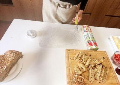 Tagliate 2 pezzetti di pellicola alimentare e rivestite lo stampino formando una croce