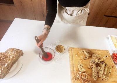 Inzuppate leggermente la colomba con alchermes mescolato con un goccio d'acqua