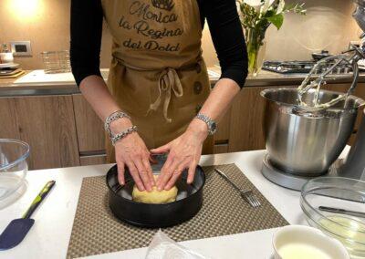 Stendete la pasta frolla direttamente nello stampo imburrato e infarinato aiutandovi con le mani