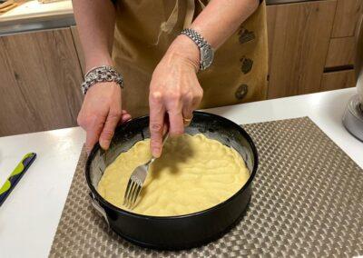 Con la forchetta bucherellate la pasta frolla