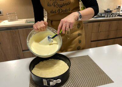 Versate la crema nello stampo  sopra la pasta frolla