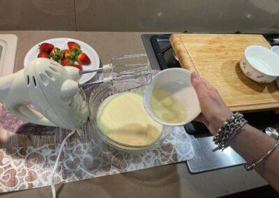 Quando il composto sarà diventato gonfio e spumoso (ci vorranno circa 5 minuti), versate l'olio di semi di girasole