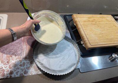 Versate l'impasto nello stampo per crostata furba imburrato e coperto alla base da carta forno