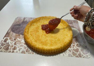 Versatela a cucchiaiate al centro della torta