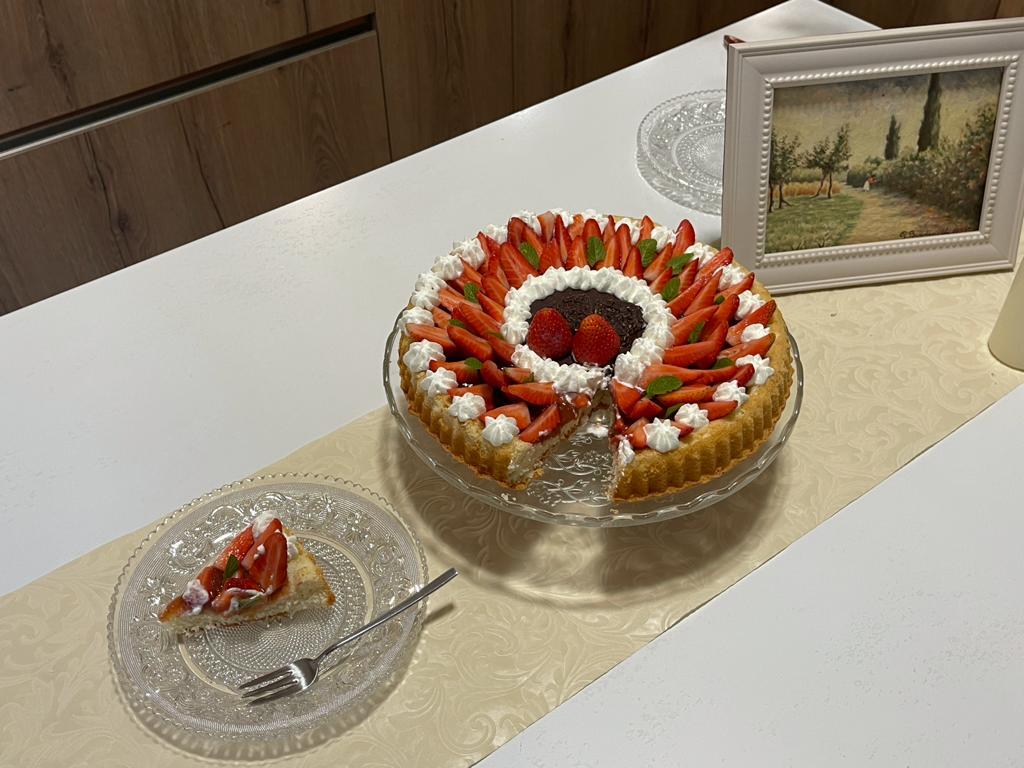 Crostata furba con marmellata e fragole fresche