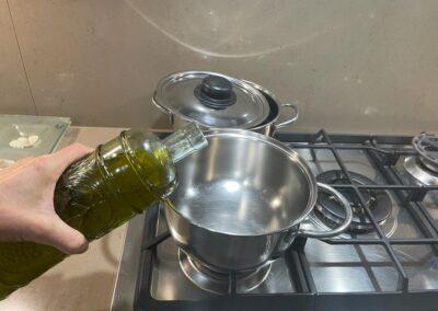 Versate due cucchiai di olio evo