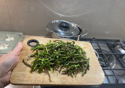Aggiungete gli asparagi selvatici