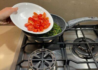 Aggiungete i pomodorini tagliati a metà