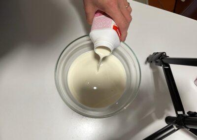 Versate la panna fredda in una ciotola