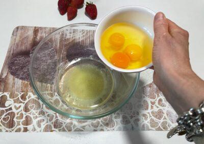 Aggiungete le tre uova