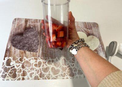 Mettete le fragole in un bicchiere alto