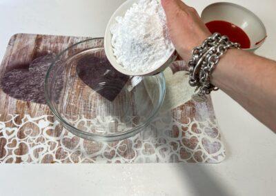 Mettete in una ciotola lo zucchero a velo setacciato