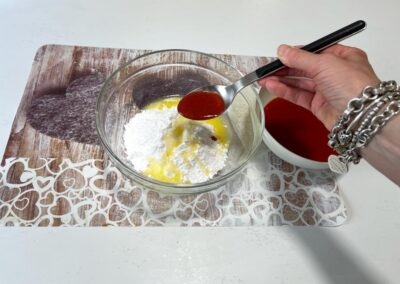 Aggiungete poco per volta il succo di fragole, dovrete ottenere una consistenza densa