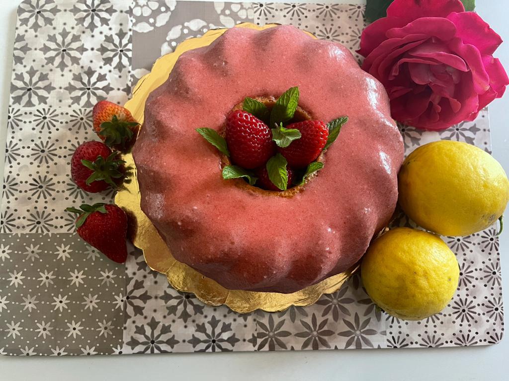 Ciambella al limone con glassa alle fragole