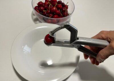 Denocciolate le ciliegie  dopo averle ben lavate e tamponate