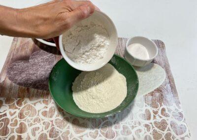 Aggiungete alla farina setacciata la fecola di patate