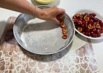 Disponete circolarmente le ciliegie 🍒 che avrete tagliato a metà fino a riempire lo stampo.